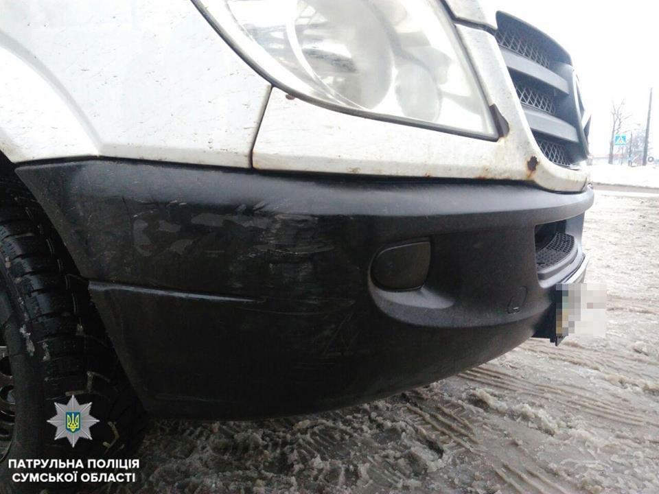 В Сумах водитель микроавтобуса зацепил припаркованное авто и оставил место ДТП, фото-2