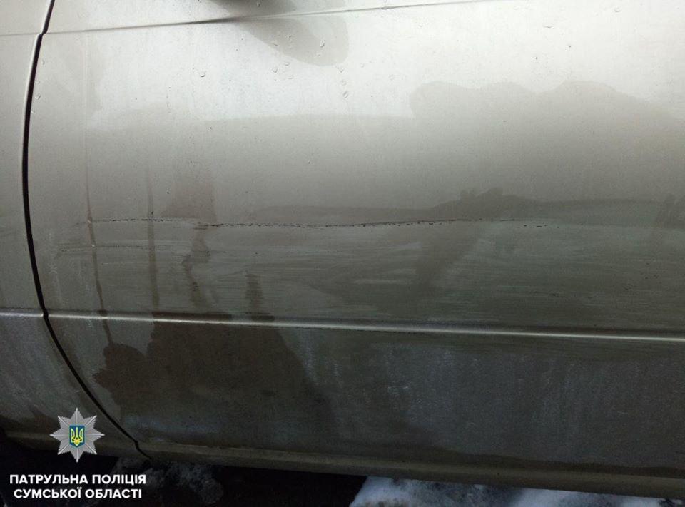 В Сумах водитель микроавтобуса зацепил припаркованное авто и оставил место ДТП, фото-1