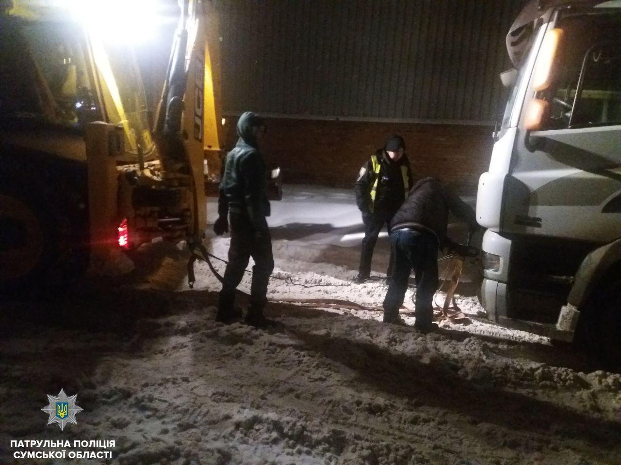 В Сумах патрульные помогли освободить грузовик DAF из снежной ловушки, фото-2