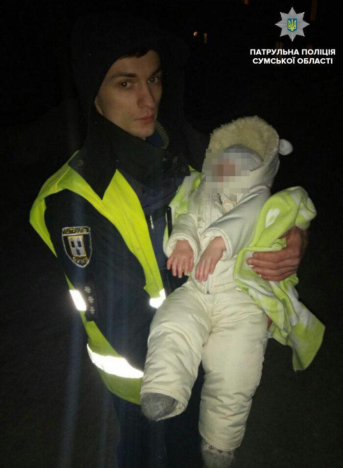 В Сумах, пока пьяная мать распивала на улице со знакомым, годовалый ребенок замерзал в коляске , фото-1