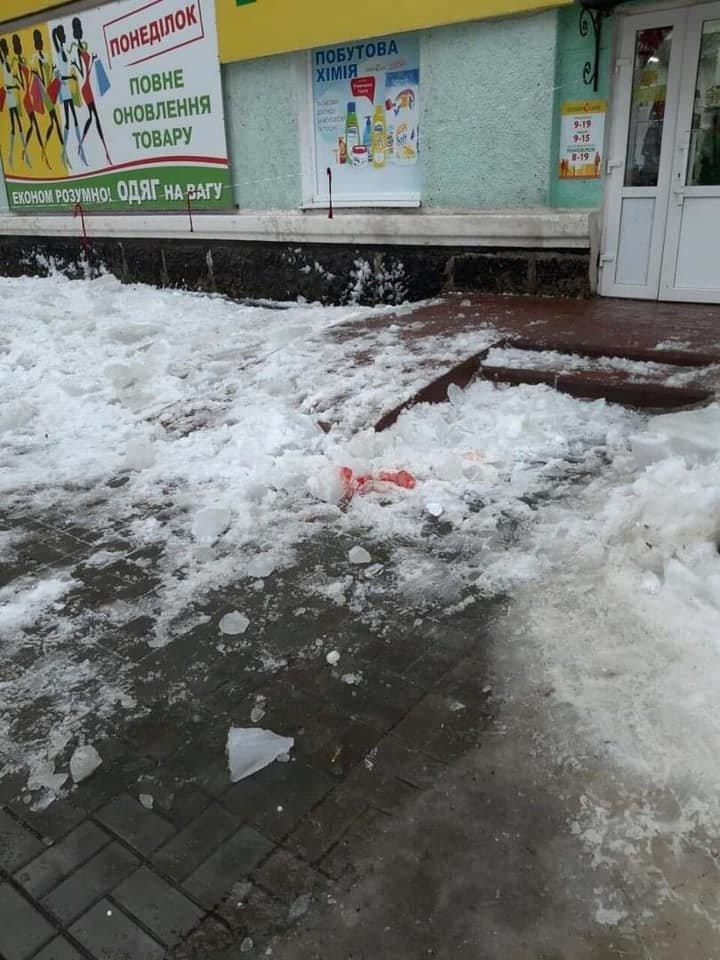 На Сумщине супруги оказались в больнице после падения снежной глыбы с крыши, фото-1