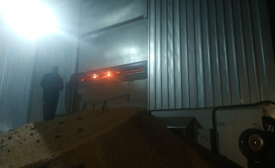 В Сумском районе загорелись зерносушилки, фото-3