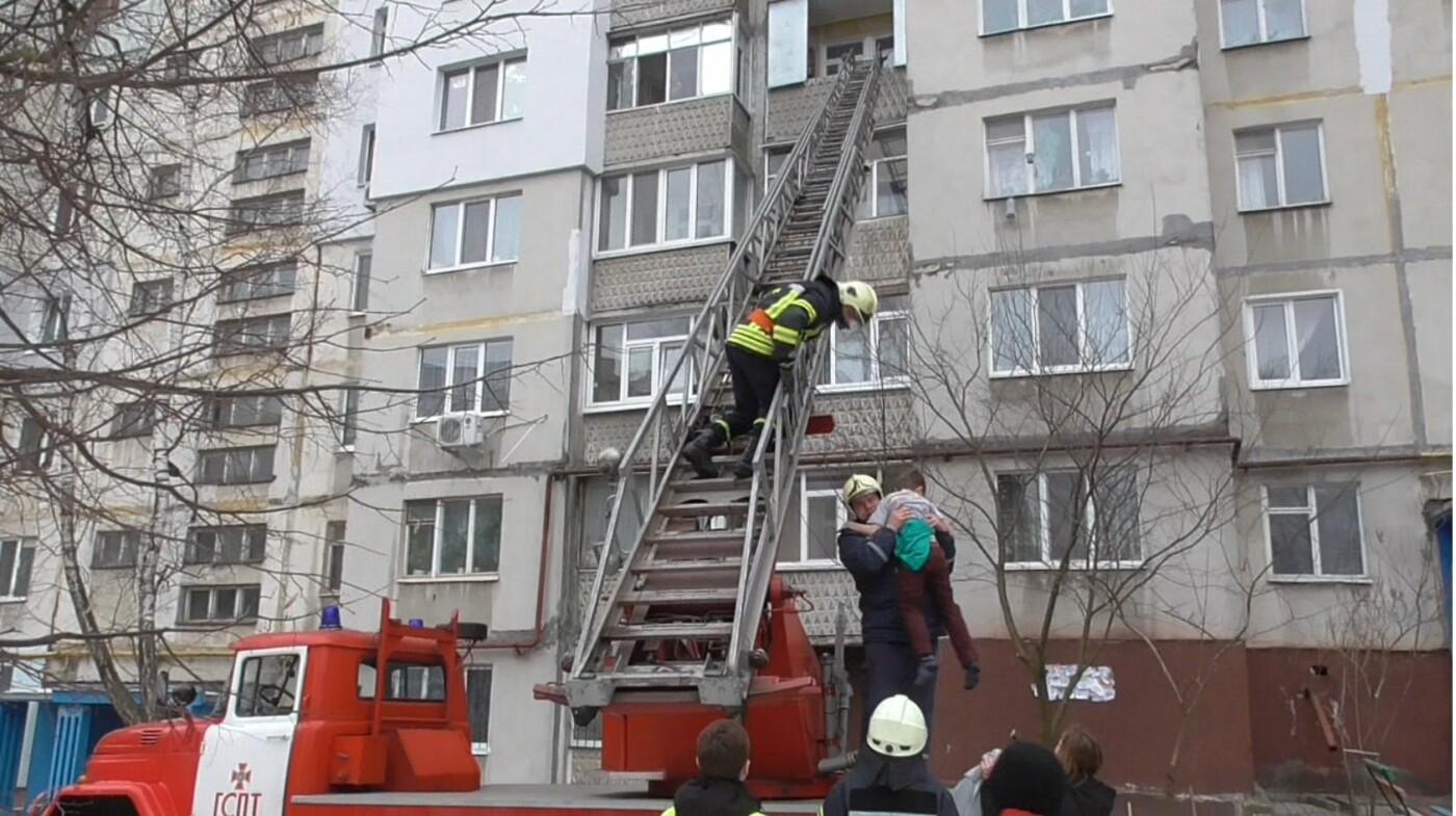 В Сумах спасатели спустили ребенка с балкона, фото-2