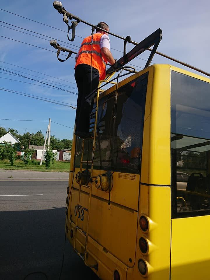 У Сумах вантажівка зіткнулася із тролейбусом, фото-4