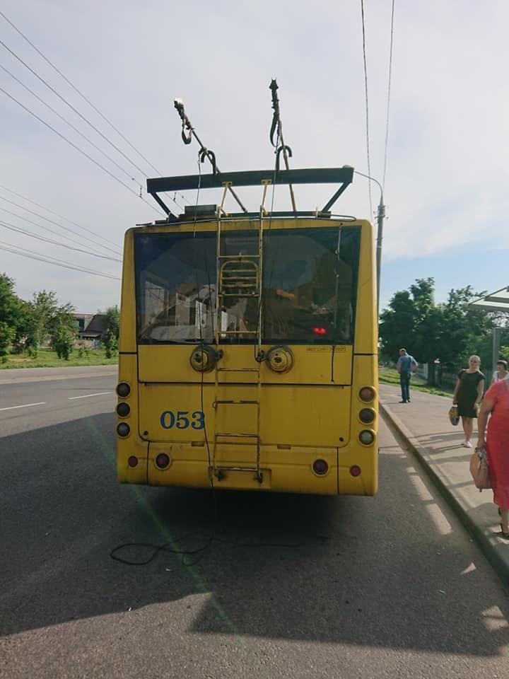 У Сумах вантажівка зіткнулася із тролейбусом, фото-5