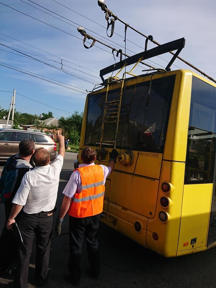 У Сумах вантажівка зіткнулася із тролейбусом, фото-6