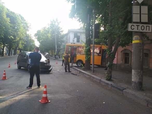 ДТП у центрі Сум: маршрутка зіткнулася із легковиком, фото-1