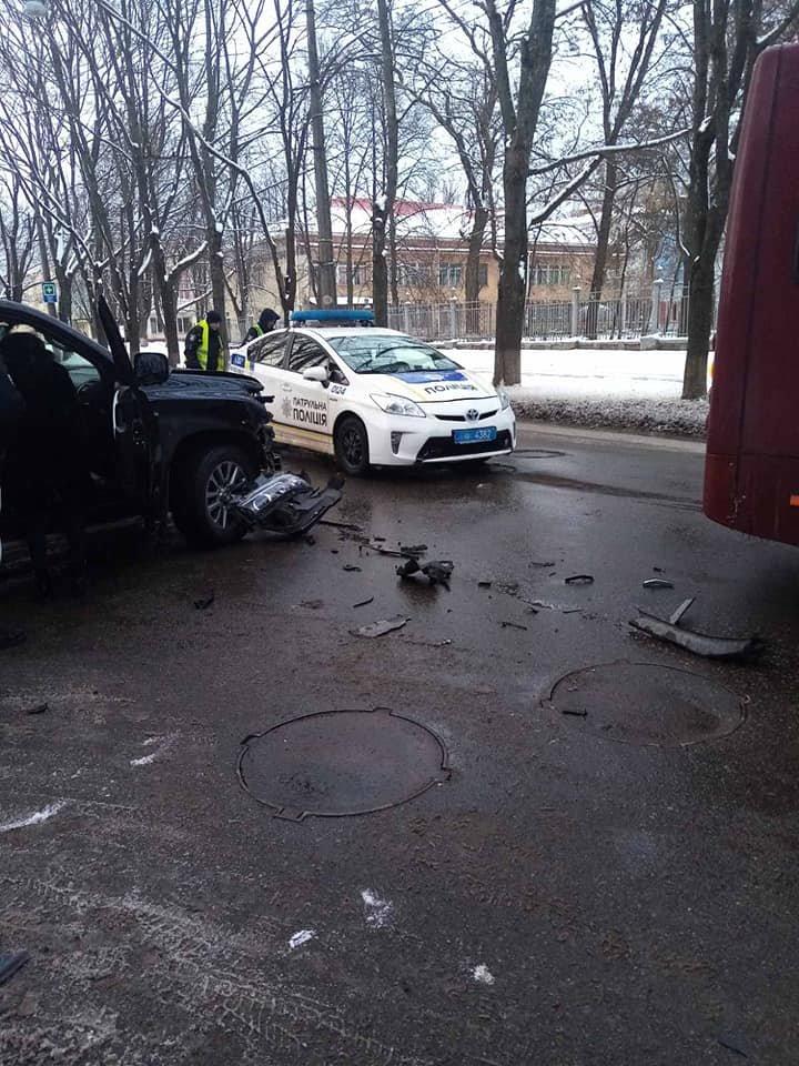 У Сумах зіткнулися комунальний автобус і два джипи, фото-2