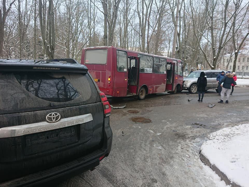 У Сумах зіткнулися комунальний автобус і два джипи, фото-3