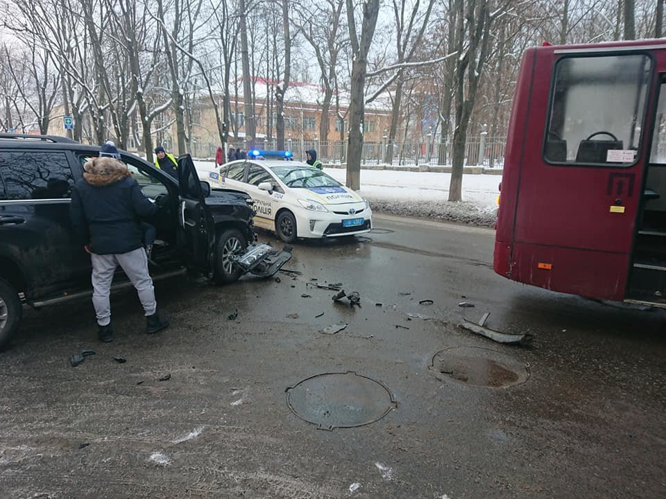 У Сумах зіткнулися комунальний автобус і два джипи, фото-4