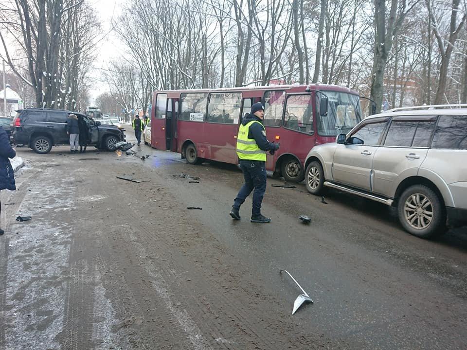 У Сумах зіткнулися комунальний автобус і два джипи, фото-5