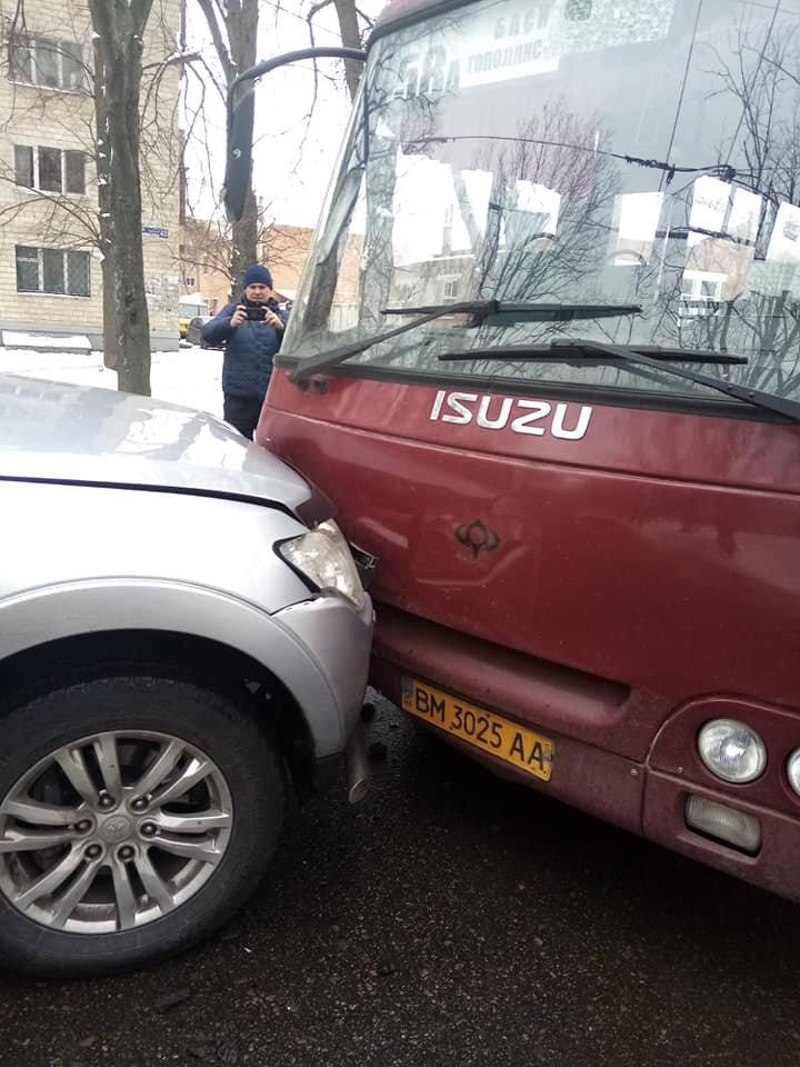 У Сумах зіткнулися комунальний автобус і два джипи, фото-6