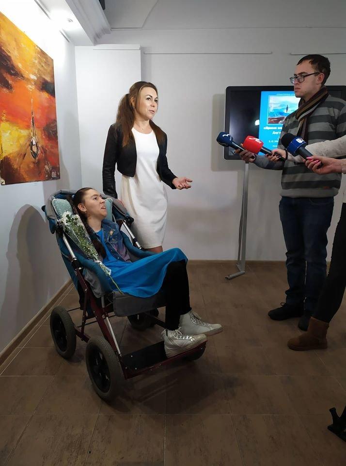У Сумах особлива художниця Дар'я Безкоста, яка малює ногами, презентувала виставку живопису , фото-3