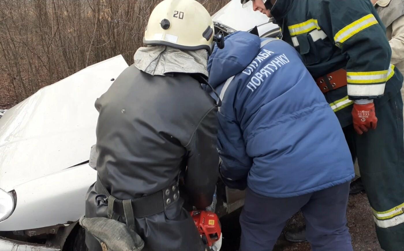 На Сумщині рятувальники звільнили з понівеченої автівки постраждалого та деблокували тіла двох загиблих , фото-1