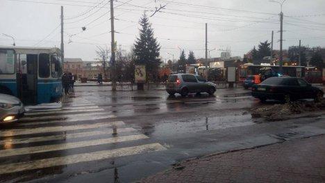 У центрі Сум тролейбус зіткнувся з іномаркою, фото-1