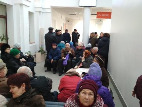 У «Сумигаз» зібралася величезна черга пенсіонерів, фото-1