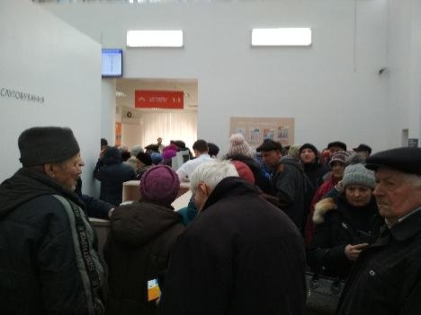 У «Сумигаз» зібралася величезна черга пенсіонерів, фото-3