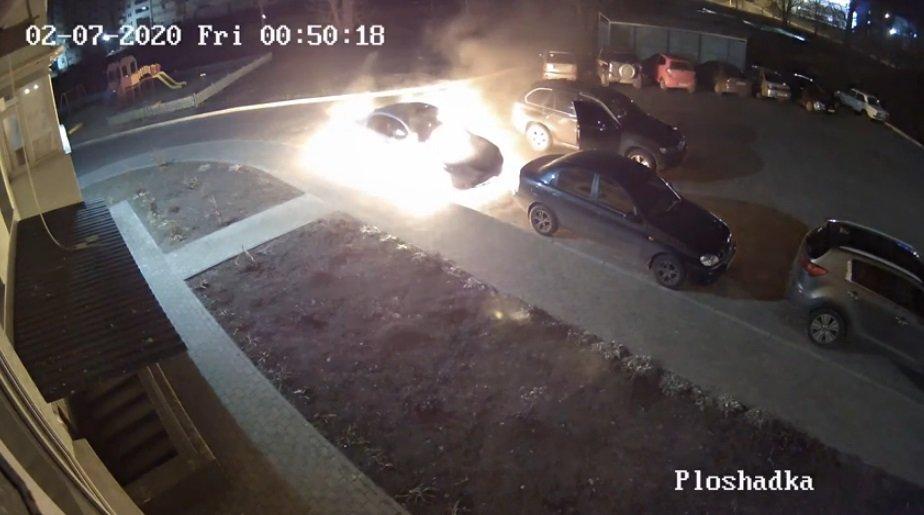 З'явилося відео, як у Сумах невідомий на «BMW X5» підпалив іншу іномарку та втік. ОНОВЛЕНО, фото-1
