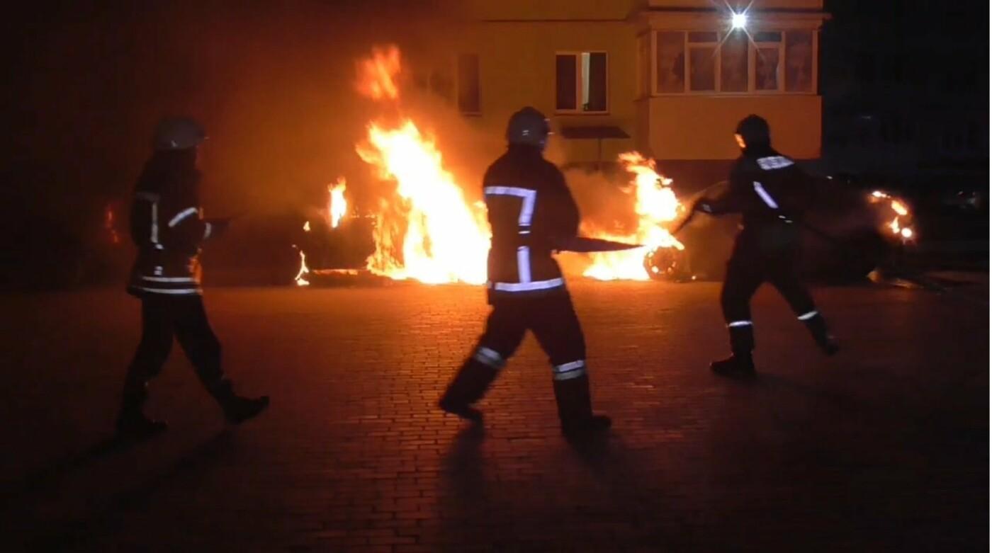 З'явились фото та відео, як пожежники у Сумах вночі гасили дві автівки, фото-1