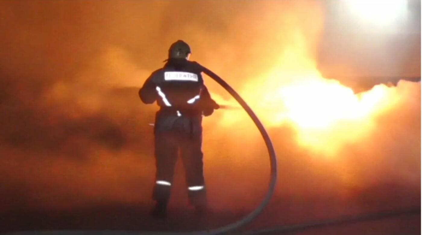 З'явились фото та відео, як пожежники у Сумах вночі гасили дві автівки, фото-3