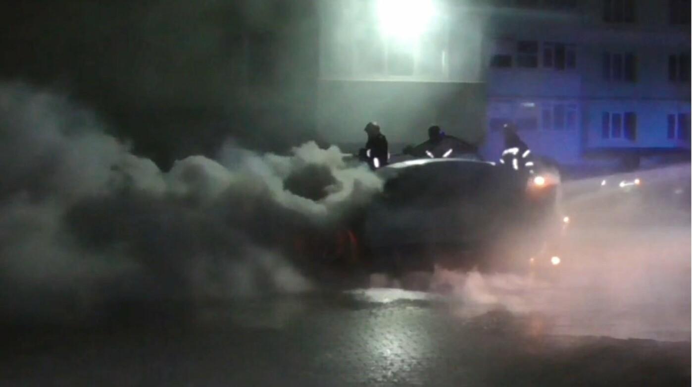 З'явились фото та відео, як пожежники у Сумах вночі гасили дві автівки, фото-4