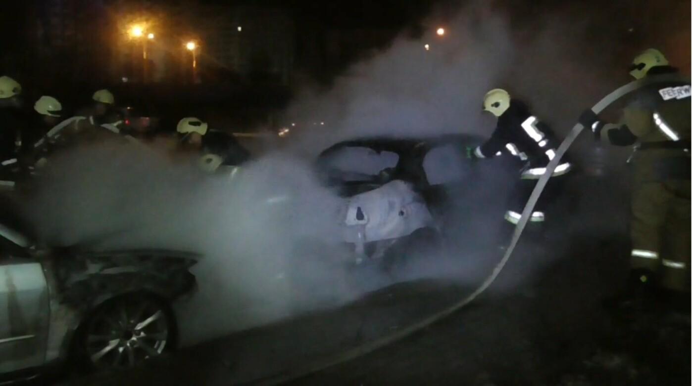 З'явились фото та відео, як пожежники у Сумах вночі гасили дві автівки, фото-5
