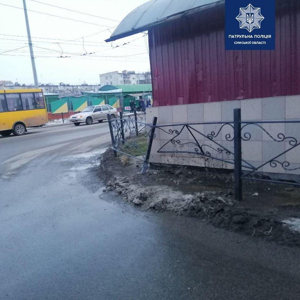 У Сумах на перехресті Харківська-СКД водій наїхав на паркан, фото-1