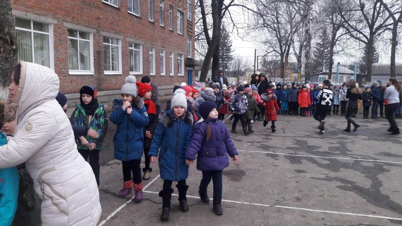 На Сумщині рятувальники провели евакуацію у двох школах, фото-1