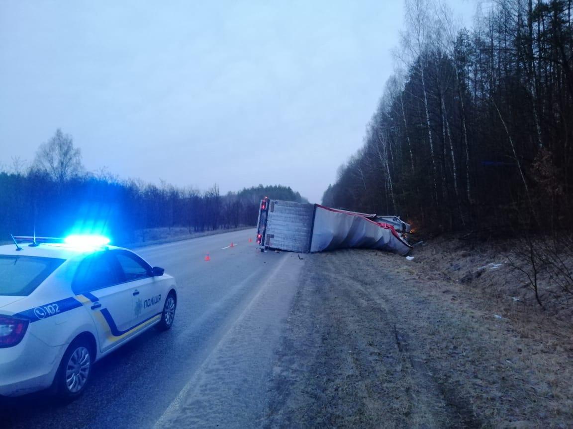 На Сумщині перекинулася вантажівка. Водій зазнав значних травм, фото-1