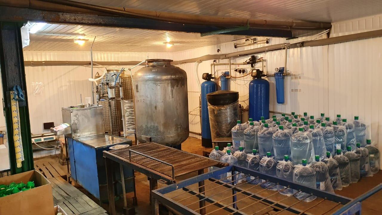 На Сумщині припинено діяльність підпільного заводу,  на якому вилучено близько 14 тис л питної води , фото-1