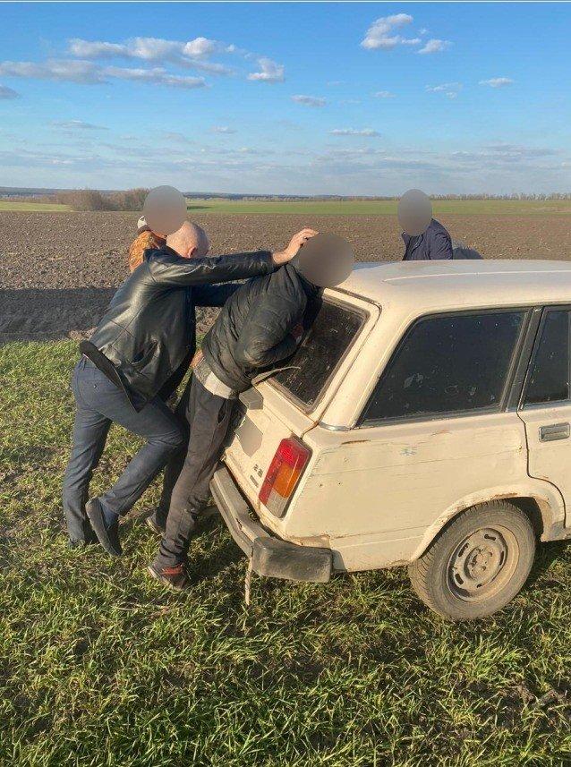 На Сумщині затримано двох чоловіків, які перевозили в багажнику авто труп, фото-2