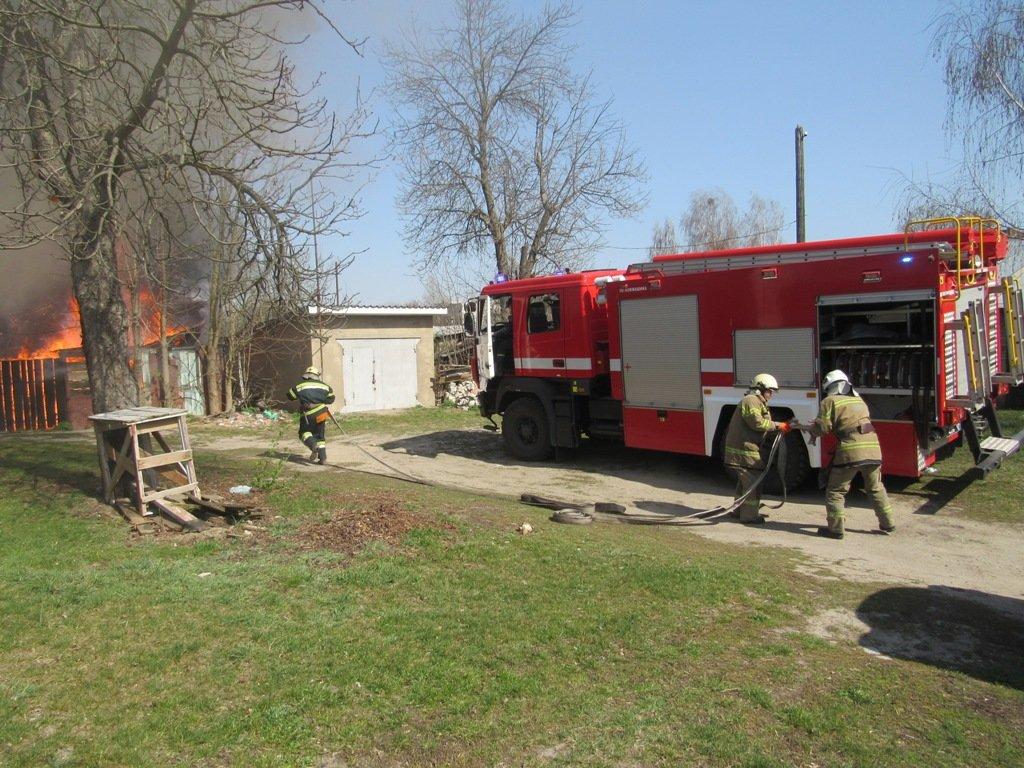На Сумщині рятувальники ліквідували пожежу в житловому секторі врятувавши 21 господарчу споруду, фото-3