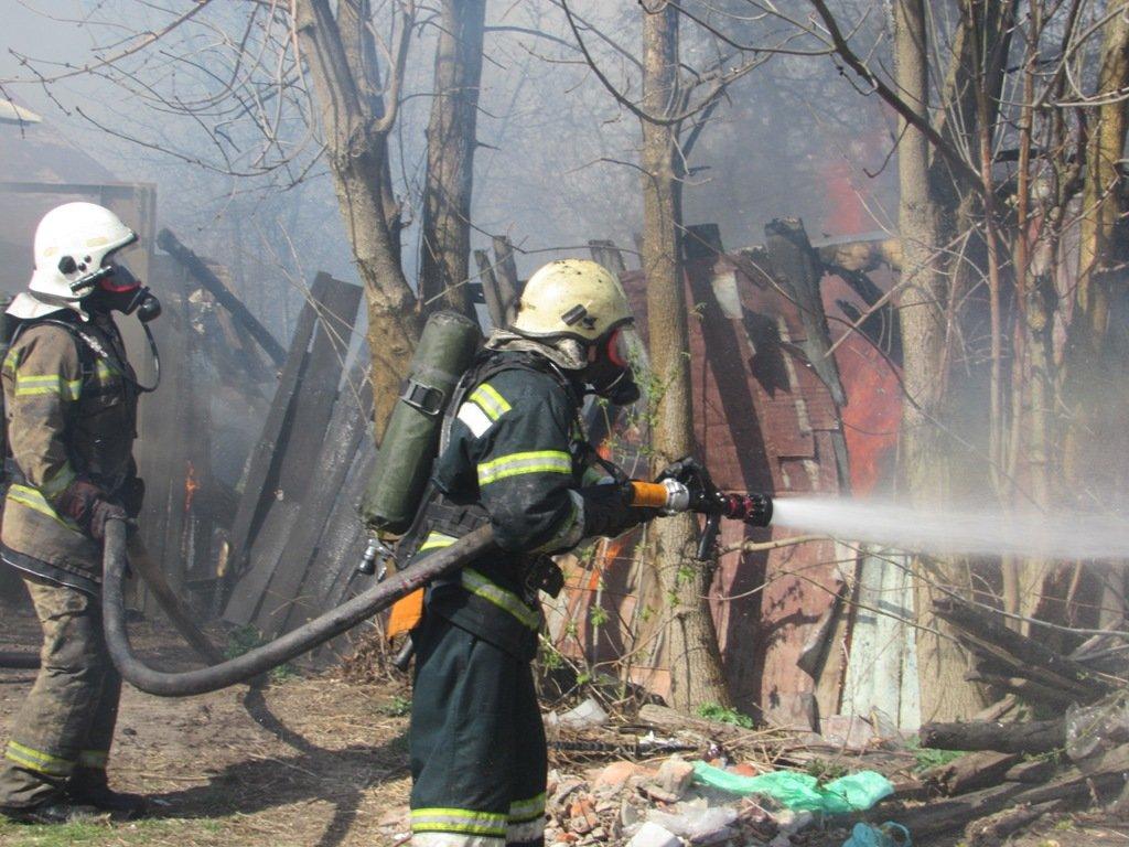 На Сумщині рятувальники ліквідували пожежу в житловому секторі врятувавши 21 господарчу споруду, фото-2