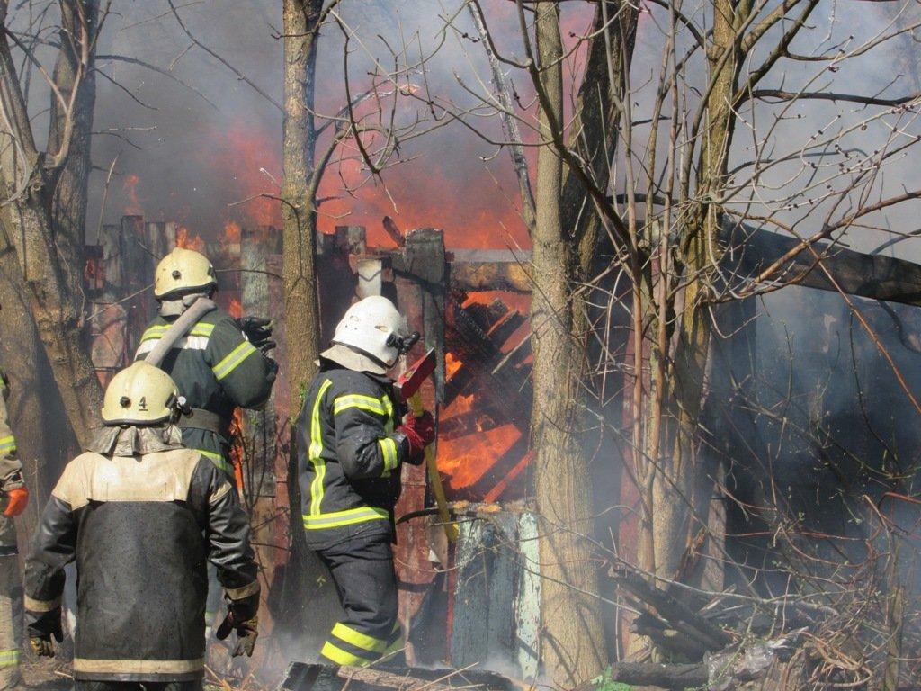 На Сумщині рятувальники ліквідували пожежу в житловому секторі врятувавши 21 господарчу споруду, фото-1