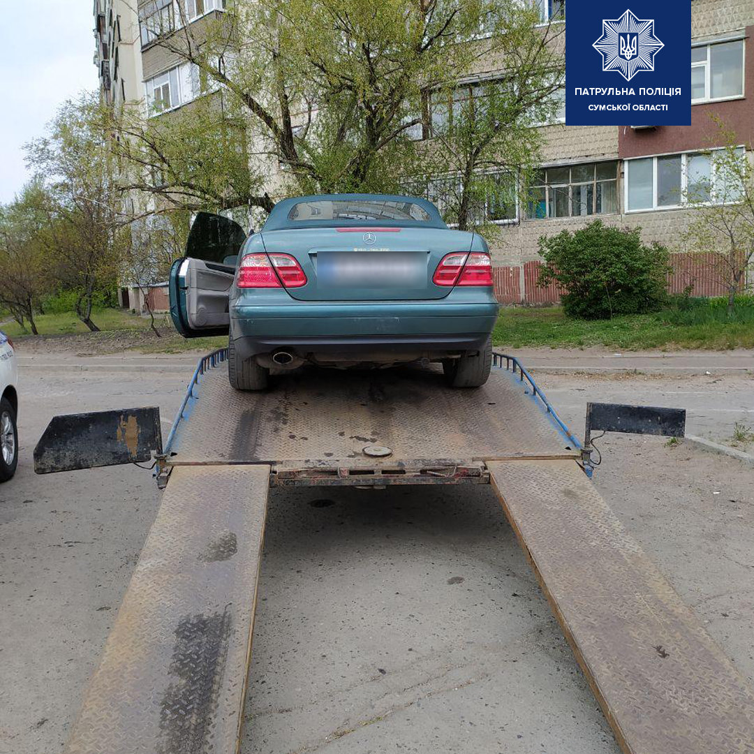 У Сумах сп'янілий водій, намагаючись поїхати з місця зупинки, пошкодив автомобіль патрульних, фото-1