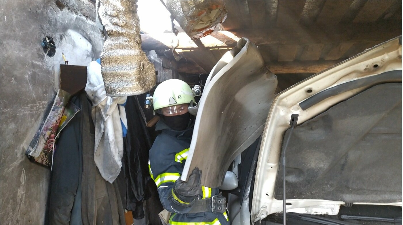 На Сумщині вогнеборці  запобігли масштабній пожежі в автогаражному  кооперативі, фото-1
