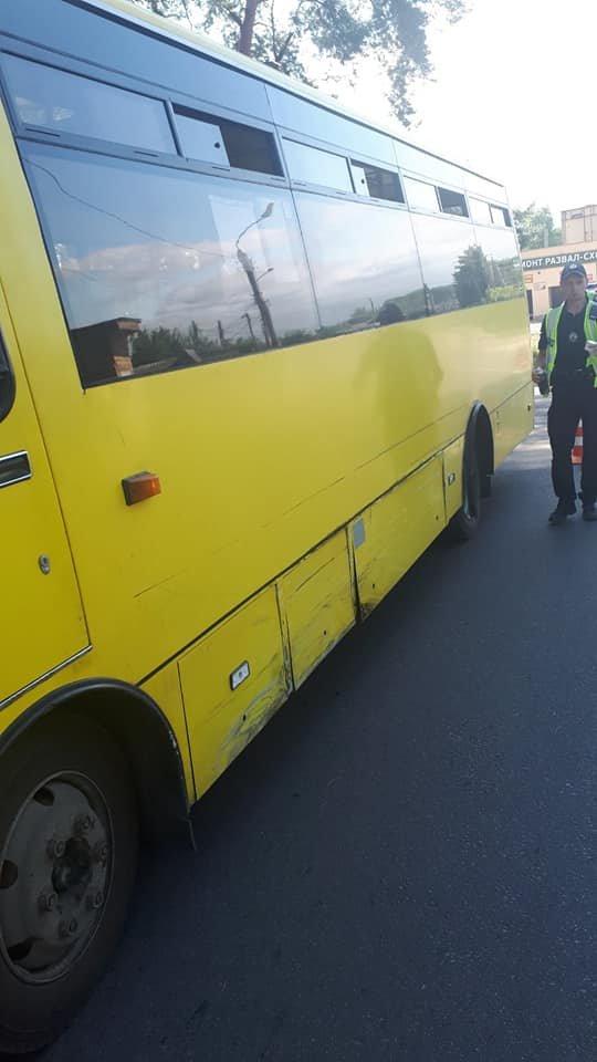 У Сумах водій «Ланоса», допустивши зіткнення з комунальним автобусом, зник з місця пригоди, фото-3