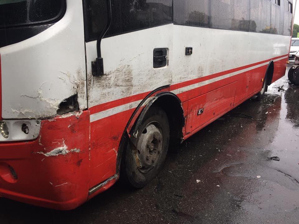 ДТП у Сумах: зіткнулися позашляховик та комунальний автобус, фото-4