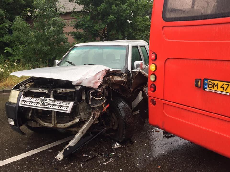 ДТП у Сумах: зіткнулися позашляховик та комунальний автобус, фото-1