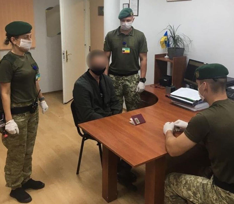 У паспортах чотирьох молдован сумські прикордонники виявили понад 50 підроблених відміток, фото-1