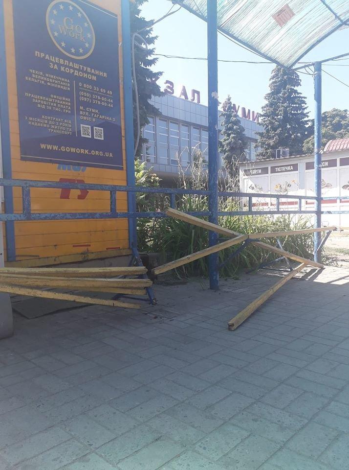 У Сумах на автовокзалі вандали розтрощили лавочку на зупинці. ФОТОФАКТ, фото-1