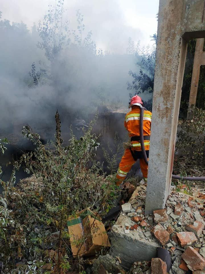 Люди скажрелися на ускладнене дихання та головний біль: у Сумах горіло стихійне звалище медичних відходів, фото-8