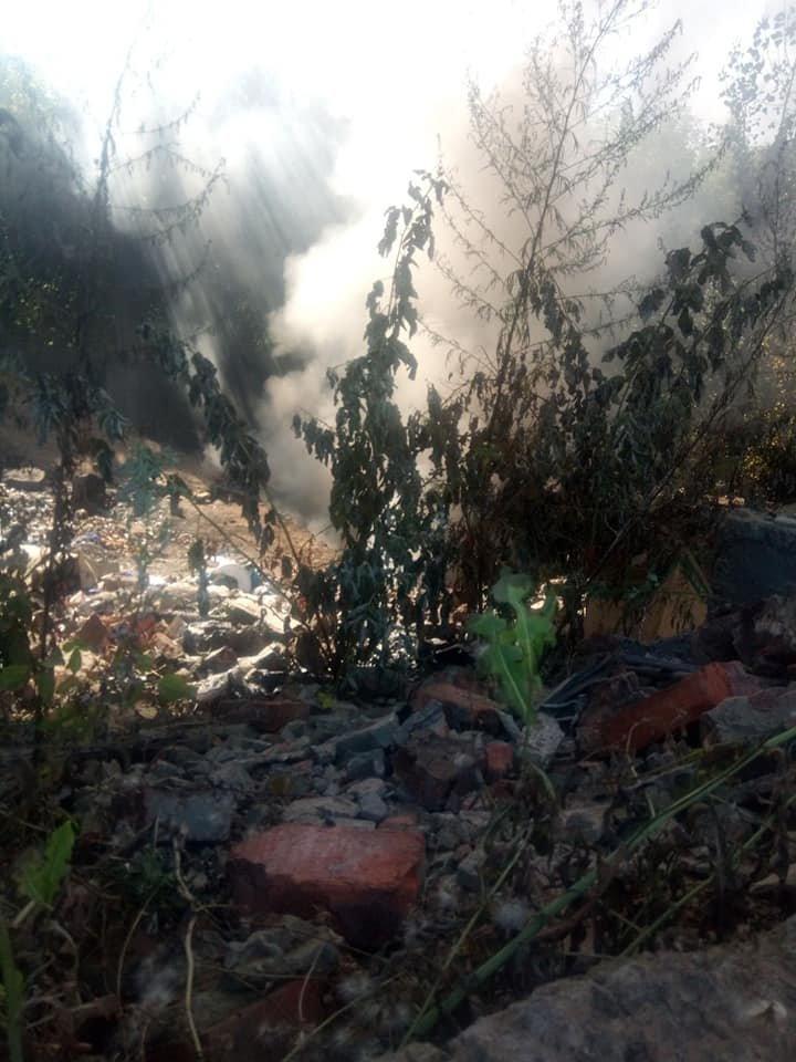Люди скажрелися на ускладнене дихання та головний біль: у Сумах горіло стихійне звалище медичних відходів, фото-9