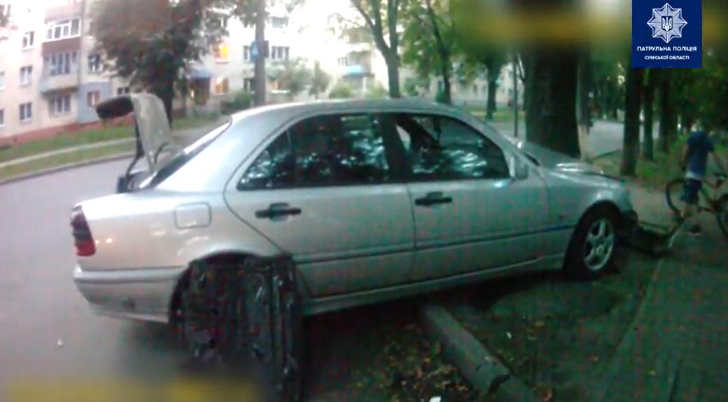 На Курській у Сумах зіткнулися легковик із мопедом, а на Троїцькій водій в'їхав у дерево , фото-5