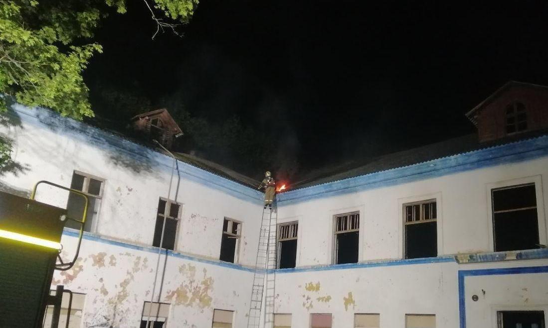 У Сумах другий день поспіль двічі гасили пожежу у покинутій школі на вул. Миру, фото-1
