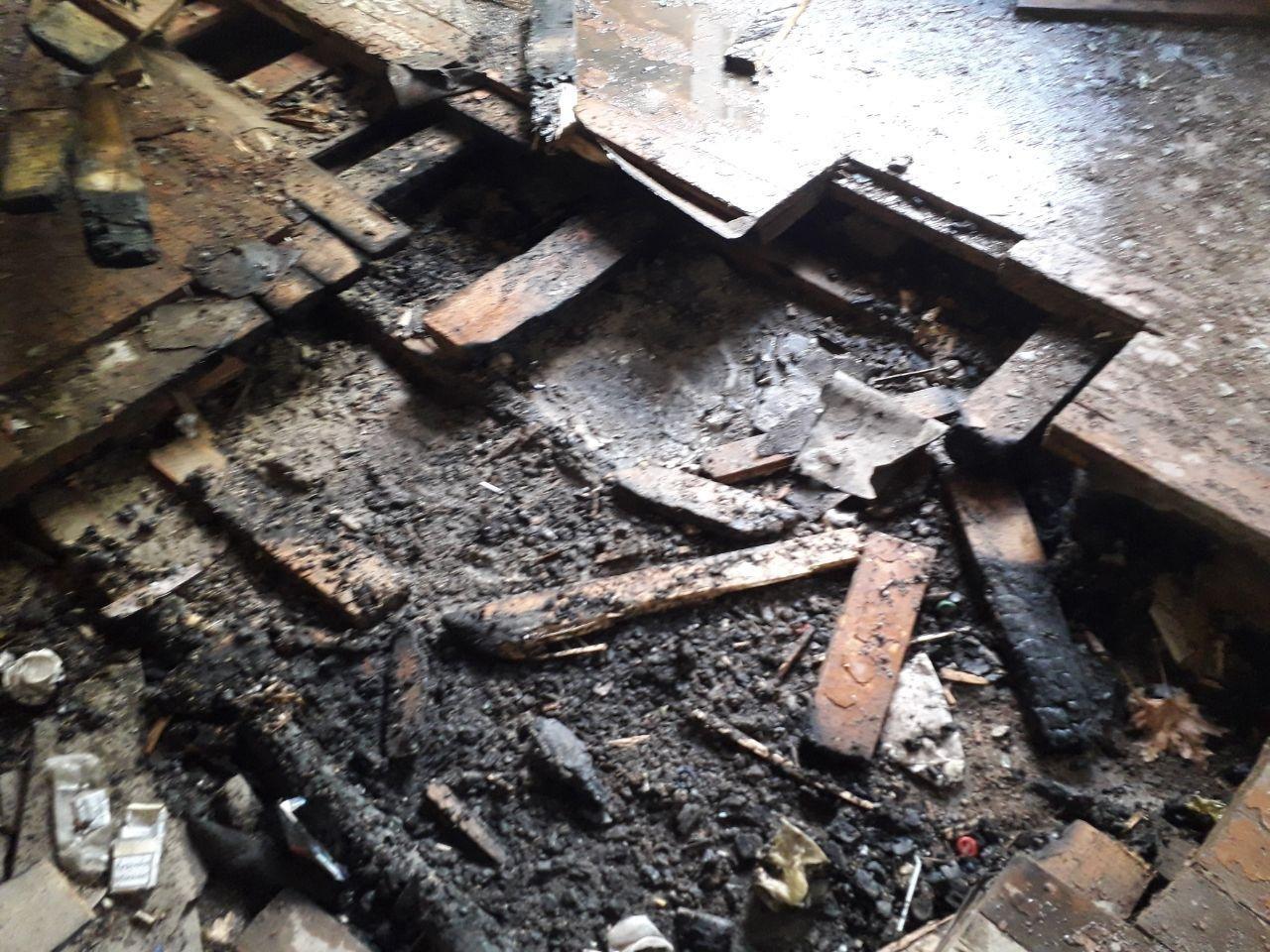 У Сумах вогнеборці третій день поспіль ліквідовували загоряння в покинутій школі на вул. Миру , фото-1