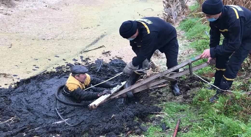 У Сумах чоловіка ледь не засмоктало болото , фото-1