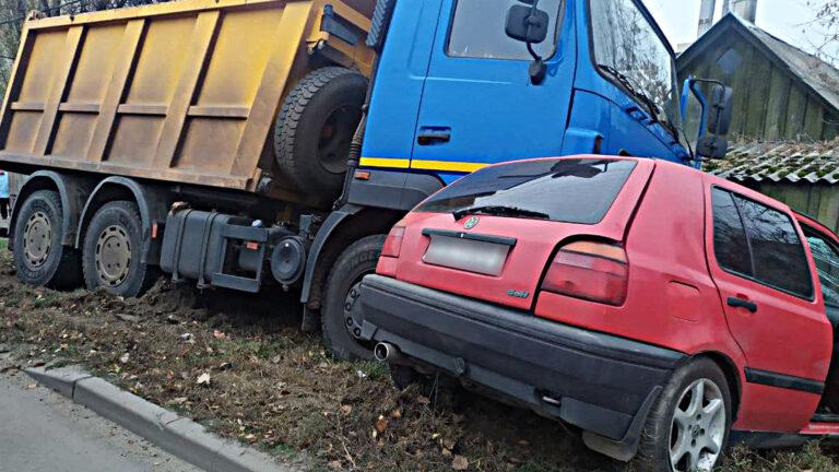 У Сумах сталася ДТП між вантажівкою та легковиком: є травмовані, фото-1