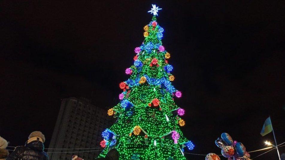 У Сумах почали встановлювати новорічну ялинку, фото-4