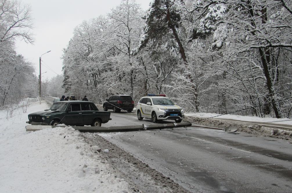 На Сумщині автомобіль збив стовп , фото-3